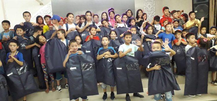 Вручение школьных форм маленьким гостям  из города Арысь